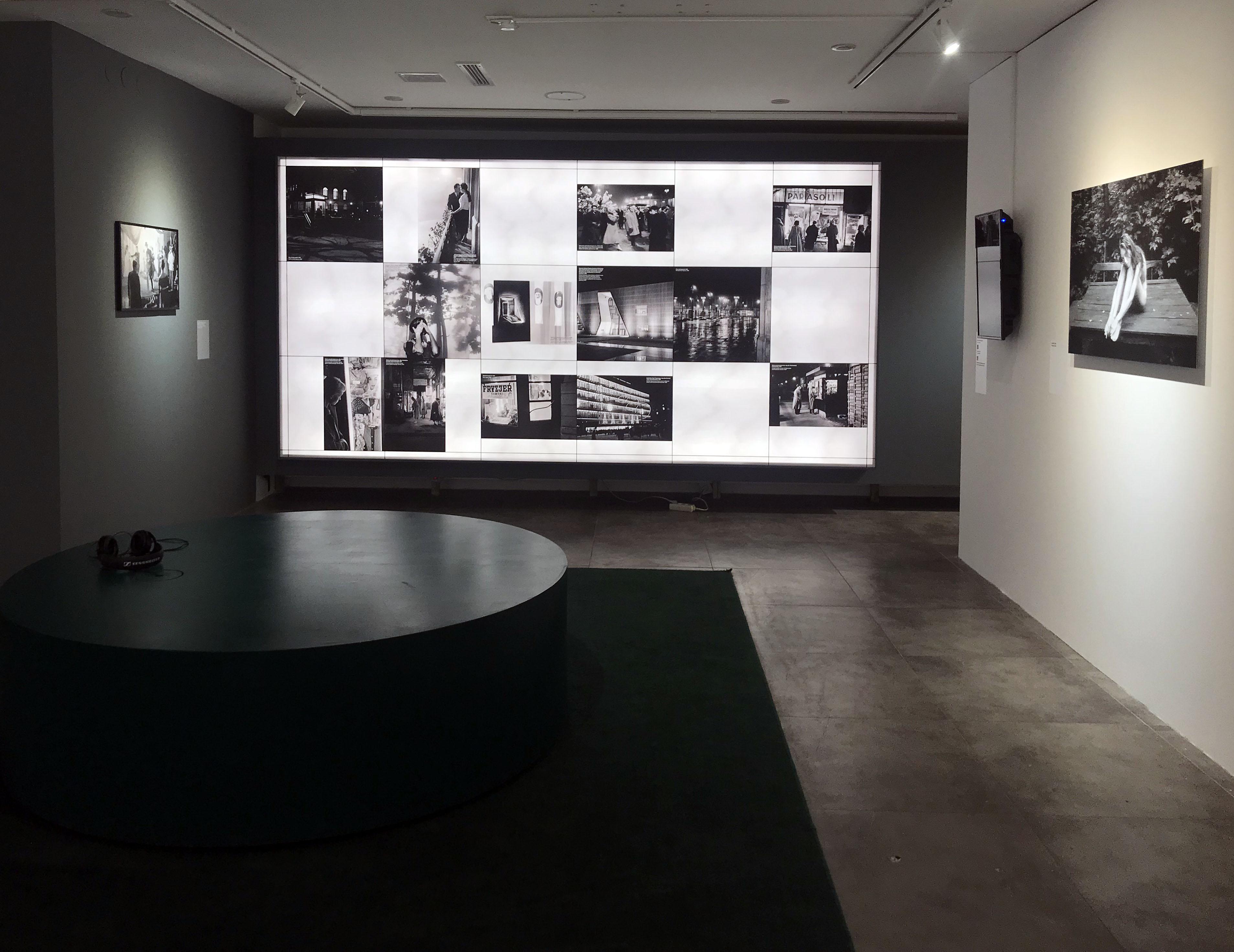 Fotografie Warszawskie. Wystawa Tadeusza Rolke w Domu Spotkańz Historią. Projekt ekspozycji studio Matosek / Niezgoda